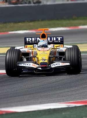 Fernando Alonso, durante la sesión de entrenamientos. (Foto: EFE)