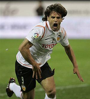 Morientes festeja el tercer gol. (Foto: EFE)