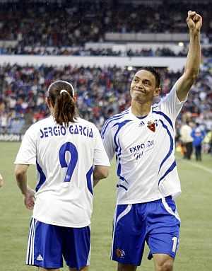 Oliveira celebra un gol junto a Sergio García. (Foto: EFE)