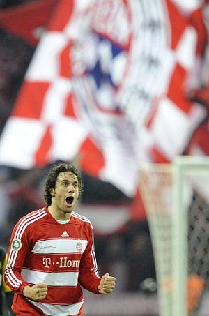 Luca Toni festeja el primero de sus dos goles. (Foto: AP)