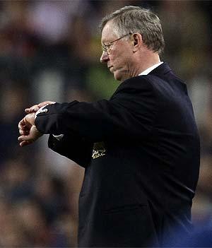 Ferguson consulta la hora en el Camp Nou. (REUTERS)
