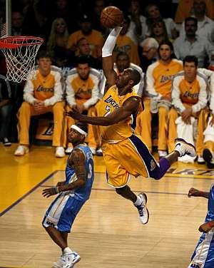 Kobe Bryant, en pleno vuelo. (Foto: EFE)