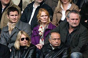 Frank Lampard (i), con su madre y su padre en un partido, el pasado 30 de marzo. (Foto: AP)