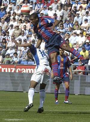 Sinama Pongolle, del Recre, lucha por el balón con Álvaro, del Levante. (EFE)