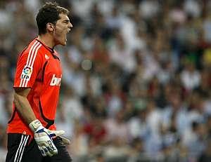 Casillas, después de parar un penalti contra el Athletic. (Foto: EFE)