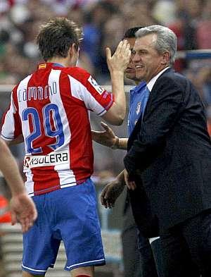 Camacho celebra un gol con su entrenador, Javier Aguirre. (Foto: EFE)