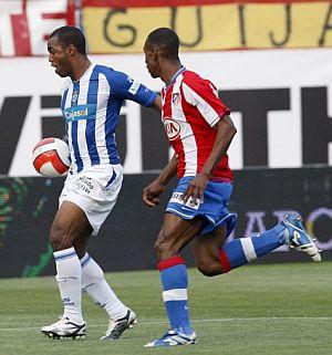 Sinama (i) y Perea, durante el partido. (Foto: EFE)