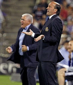Villanova (i) y Lotina, durante el partido. (Foto: EFE)
