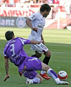Dani Alves (dcha) trata de marcharse de Alberto Marcos. (Foto: EFE)