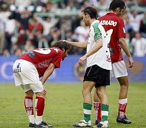Pinillos consuela a Iván Alonso tras el final del partido. (Foto: EFE)
