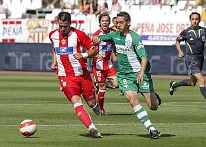 Negredo protege el balón ante Arzu. (Foto: EFE)