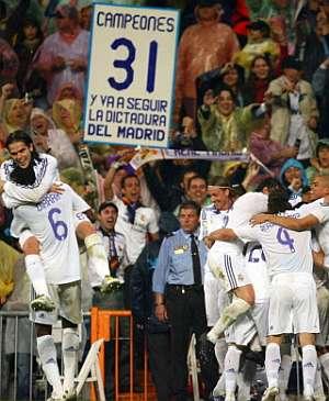 Los jugadores del Madrid festejan el tercer gol. (Foto: AP)