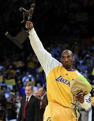 Kobe Bryant, tras recibir el título de MVP. (Foto: AP)