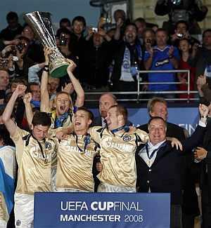 Los jugadores del Zenit levantan la Copa de la UEFA. (Foto: AP)