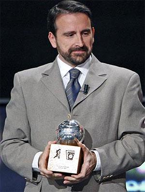 Joan Plaza con el trofeo de mejor técnico de la temporada. (Foto: ACB)