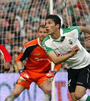 Garay, durante el partido ante el Atlético. (Foto: EFE)