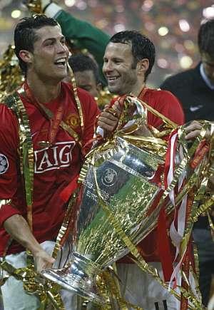 Cristiano Ronaldo (izda) celebra la Champions con Ryan Giggs. (Foto: AFP)