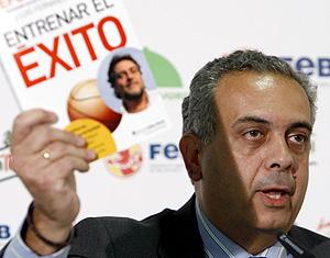 Pepe Sáez muestra el libro 'Entrenar el éxito', durante la conferencia de hoy. (Foto: EFE)