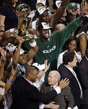 La plantilla de los Celtics, con Bill Russell a la izquierda de la imagen, posa con el título de la NBA. (Foto: AP)