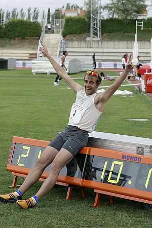 Ángel David Rodríguez celebra el récord. (Foto: EFE)