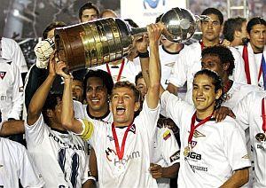 Los jugadores del Liga de Quito celebran el triunfo con el trofeo (Foto: AP)