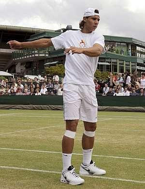 Rafa Nadal, calentando antes del último entrenamiento antes de la final. (Foto: EFE)