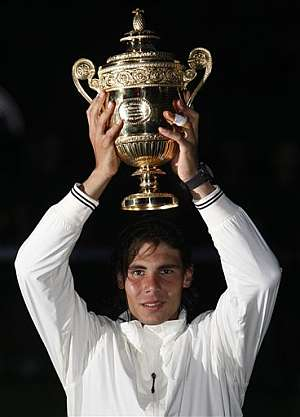 Rafa Nadal levanta la copa de campeón de Wimbledon. (Foto: AP)