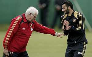 Luis Aragonés bromea con Güiza, durante la Eurocopa. (Foto: EFE)