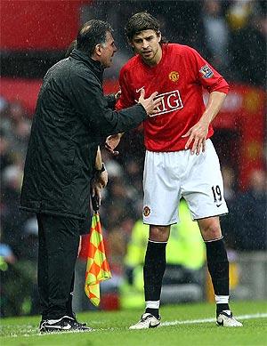 Queiroz, en el banquillo del United, dando órdenes a Gerard Piqué. (AFP)