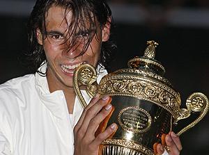 Nadal muerde el trofeo de Wimbledon. (Foto: AP)