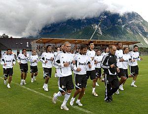 Los jugadores del Madrid realizan carrera continua en Irding. (Foto: EFE)