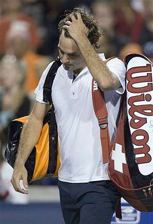 Federer se lamenta tras perder ante Gilles Simon (Foto: AP)