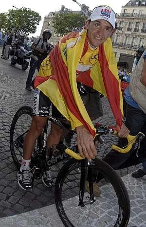 Carlos Sastre, con la bandera de España. (Foto: EFE)