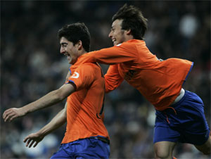 Javier Arizmendi >(izda.) celebra un gol junto a Silva. (AP)