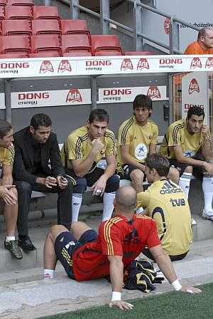 Fernando Hierro conversa con los jugadores de la selección. (Foto: EFE)