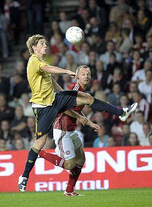 Torres intenta controlar un balón ante la presencia de Jensen. (Foto: EFE)