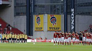 Las selecciones de España y Dinamarca guardan un minuto de silencio. (Foto: EFE)