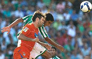Juande (d) despeja un balón ante César Arzo. (EFE)