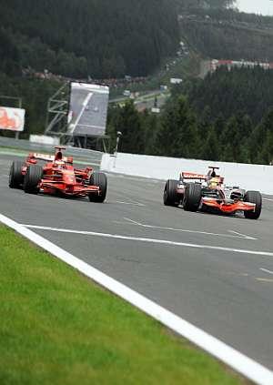 Lewis Hamilton adelanta a Kimi Raikkonen. (Foto: AFP)