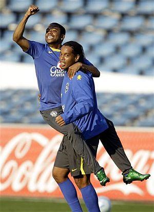 Robinho, junto a Ronaldinho en la concentración brasileña. (Foto: AP)