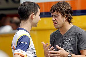 Alonso conversa con un compañero de equipo en Monza. (Foto: EFE)
