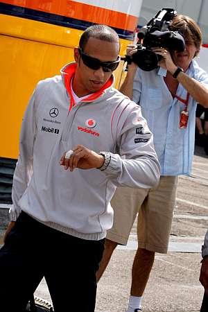 Lewis Hamilton a su llegada al circuito de Monza. (Foto: EFE)