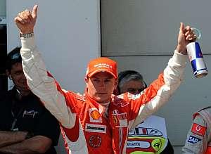 Kimi Raikkonen celebra su victoria en Magny Cours. (Foto: AFP)