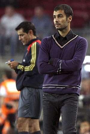Guardiola, preocupado en el banquillo. (EFE)