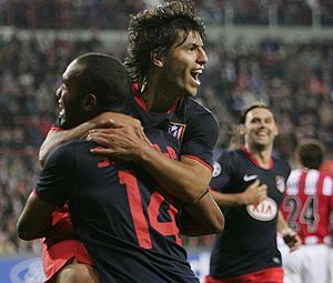 Agüero celebra con Sinama uno de sus goles. (AP)