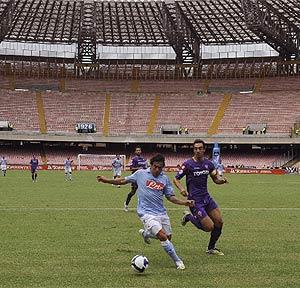 Un Nápoles-Fiorentina jugado a puerta cerrada en San Paolo por los incidentes de los 'tifosi'. (AFP)