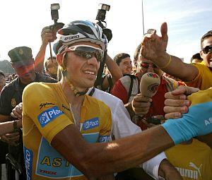 Alberto Contador, aclamado por la multitud. (Foto: AFP)