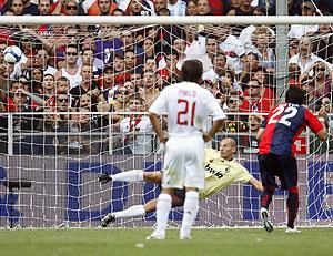 Christian Abbiati, batido de penalti por Diego Milito, esta temporada. (REUTERS)
