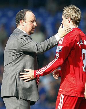 Torres celebra con Benítez uno de sus goles. (AFP)