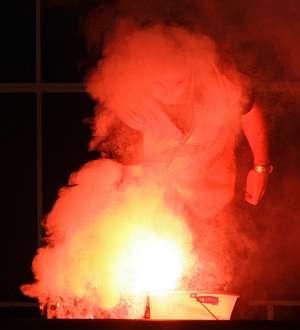 Un aficionado del Espanyol intenta apagar una bengala. (Foto: AFP)